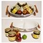 כלי קרמיקה עם צנצנות קונפיטורה, תפוחים או רימונים לדקורציה